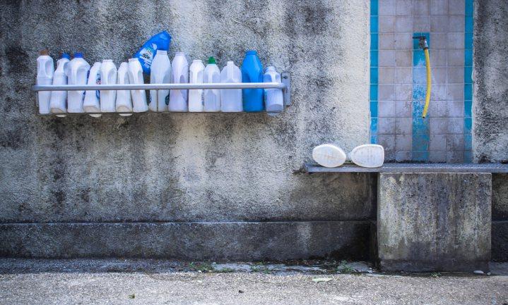 Schoon veilig drinkwater moet in Europa uit de kraan komen tegen kostprijs, zegt de EU