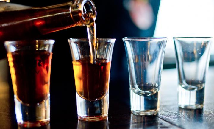 Blijf met je kinderen praten over alcohol en roken, zegt staatssecretaris Blokhuis