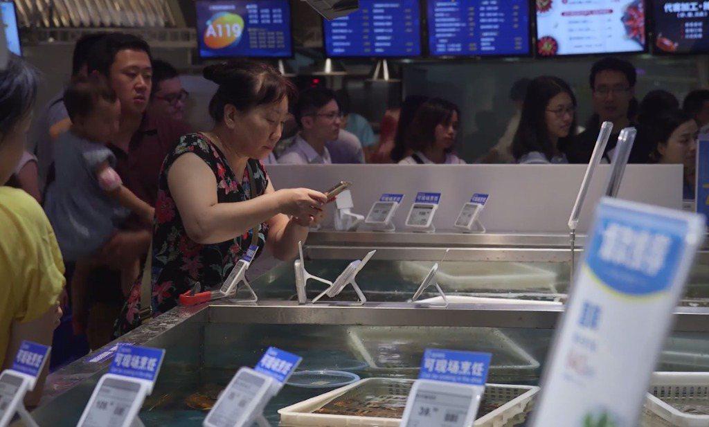 Alibaba investeert in winkels met een dak en een deur