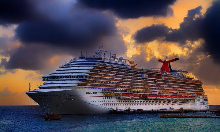 Vieze cruiseschepen varen rustig door op stookolie