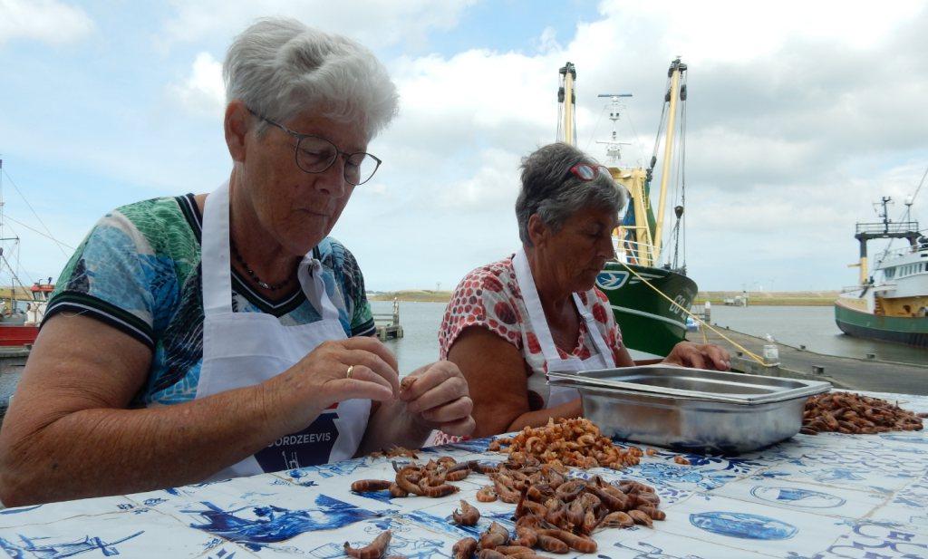 Miena en Annie pellen weer garnalen en in Rotterdam kun je ze kopen