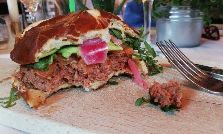 Plantaardige Beyond Burger bij AH in het vlees- en vegaschap