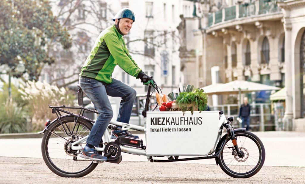 In Wiesbaden brengen oudere fietsers boodschappen thuis.