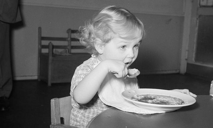 Helft van Britse kinderen eet niet met bestek, maar met vingers