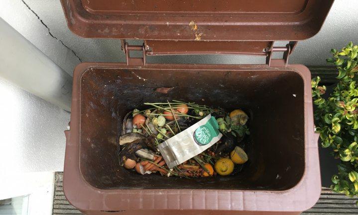 Plastic van houtvezels kan op de composthoop, zegt koekjesbakster