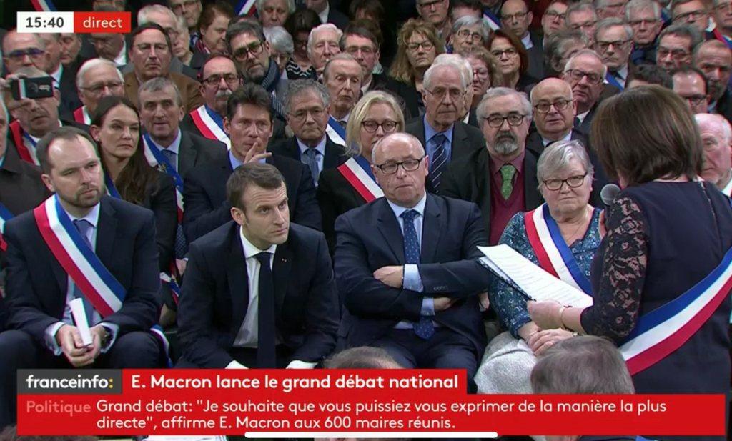 Staande ovatie voor Macron die het Grote Debat hard en kwetsbaar speelt