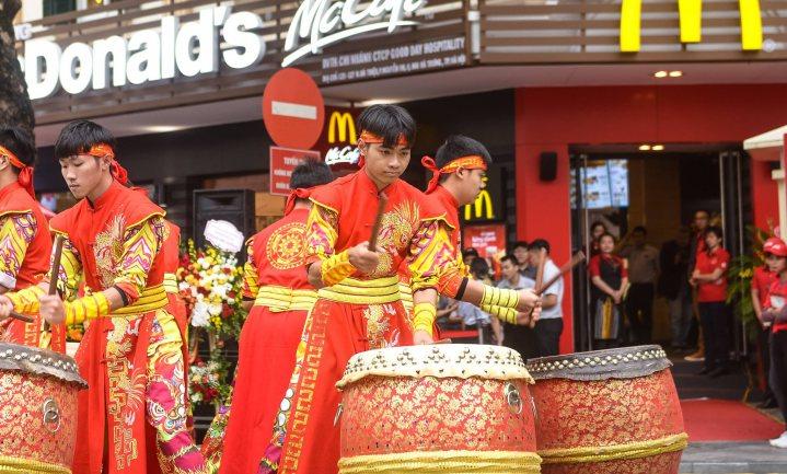 McDonald's verkoopt dure vredeburgers in Vietnam