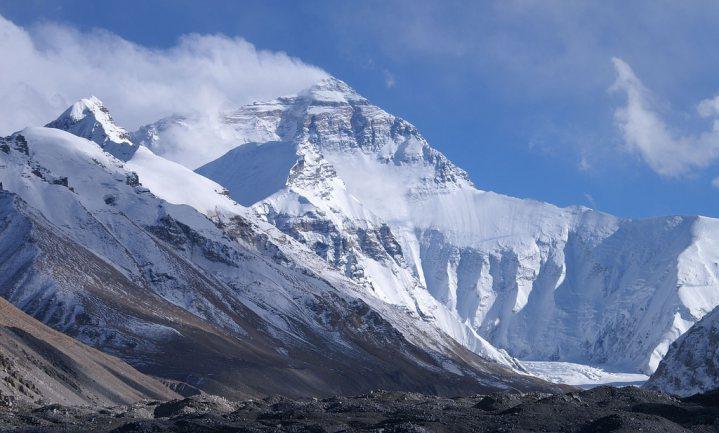 China kort klimseizoen in om Mount Everest op te ruimen