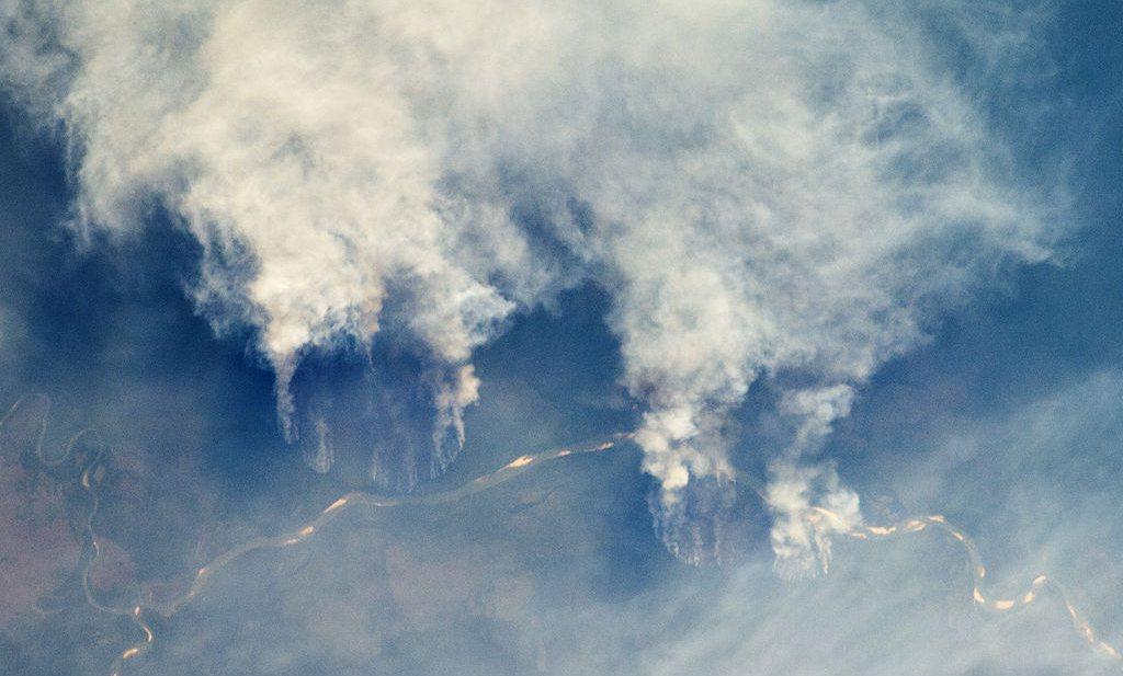 De Amazone staat in brand en volgens Bolsonaro hebben de NGO's dat gedaan