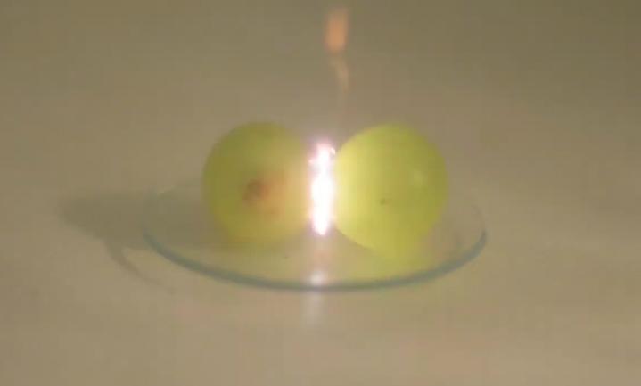 Waarom druiven een vuurshow geven in de magnetron