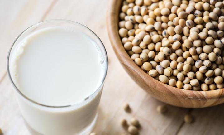 Amandelen en soja kun je niet melken en dus gaan ook de VS soja- en amandelmelk verbieden