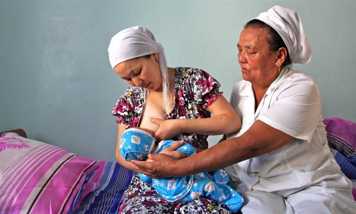 De borst is prima voor de baby, maar de 'breastapo' mag best een beetje dimmen