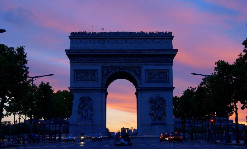 Macron overweegt noodtoestand na vernielingen door 'gele hesjes' in Parijs