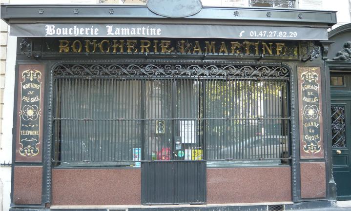 Tegels door de ruiten bij slagerij en viswinkel in Lille