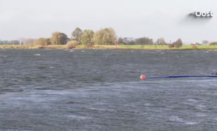 Perslucht drijft het plastic uit de IJssel