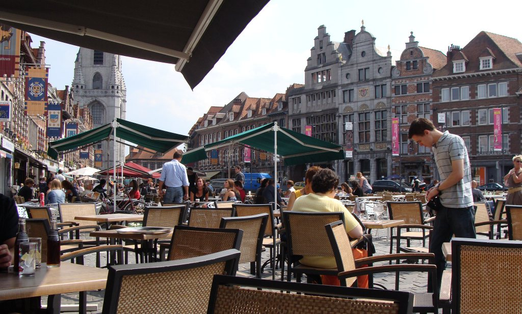 Geen plexischermen maar 1,5 meter op Belgische terrassen