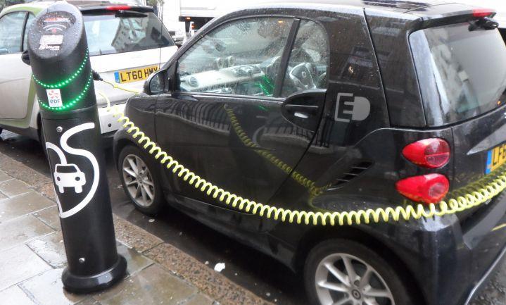 Britse elektriciteitsnetwerk ongeschikt voor elektrische auto's en zonenergie