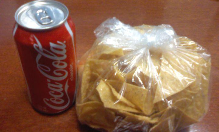 'Blind door kip, aardappelen, brood en cola'