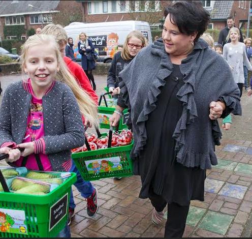 Staatssecretaris helpt Lidl schoolfruit wegbrengen
