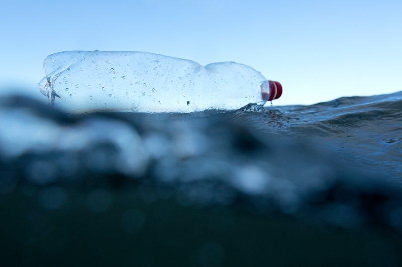 Plastic in de zon geeft methaangas af