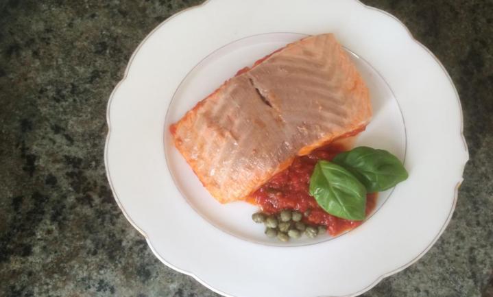 Italiaanse 'piatto unico' van zalm in tomatensaus
