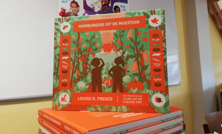 Louise Fresco legt kinderen uit hoe de keten van eten werkt