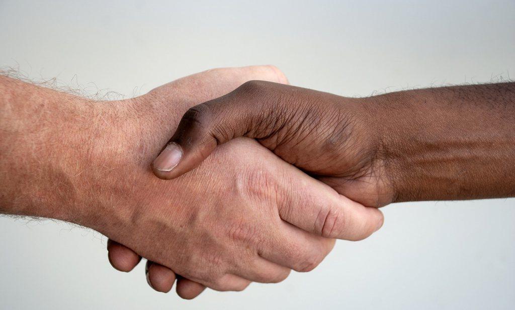 Niemand geeft nog een hand, maar ook bijna niemand blijft thuis bij klachten