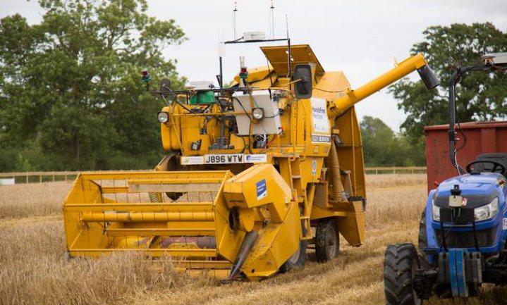 Robot bewerkt akker, drone let op, boer kan thuis blijven