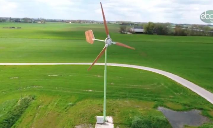 Houten windmolens zo groot als een boom veroveren Groningse boerenerven