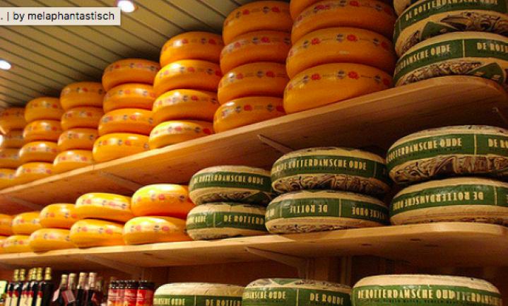 Trump zet strafheffingen op kaas en kersen uit de EU
