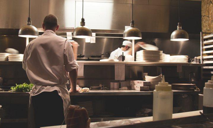 Schaarse kok en ober krijgen personal trainer