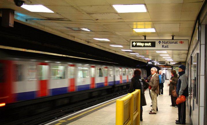 Burgemeester Londen pakt kinderzwaarlijvigheid aan met verbod op junkfoodreclames in de metro