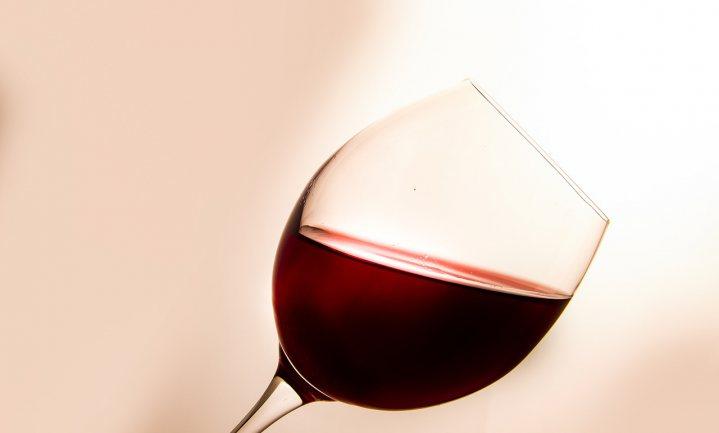 Onderzoek naar gezondheidseffecten van matig alcoholgebruik gestaakt wegens belangenverstrengeling