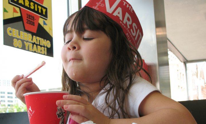Meisjes die veel frisdrank drinken worden eerder ongesteld