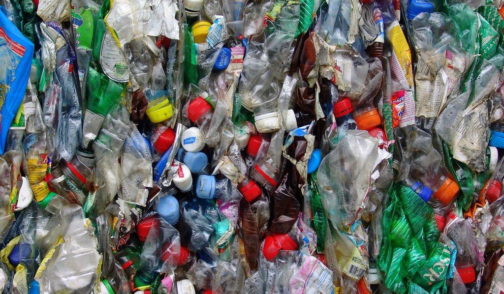 Toename zwerfafval brengt statiegeld op plastic flesjes dichterbij