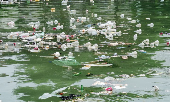 32% van alle plastic 'lekt weg' in milieu