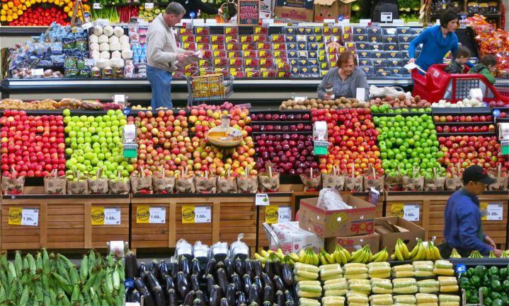 Hogere groente- en fruitverkoop door pijlen op vloer super