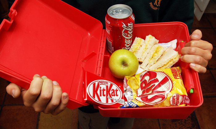 Lunchpakketten Britse basisschoolkinderen vol junkfood