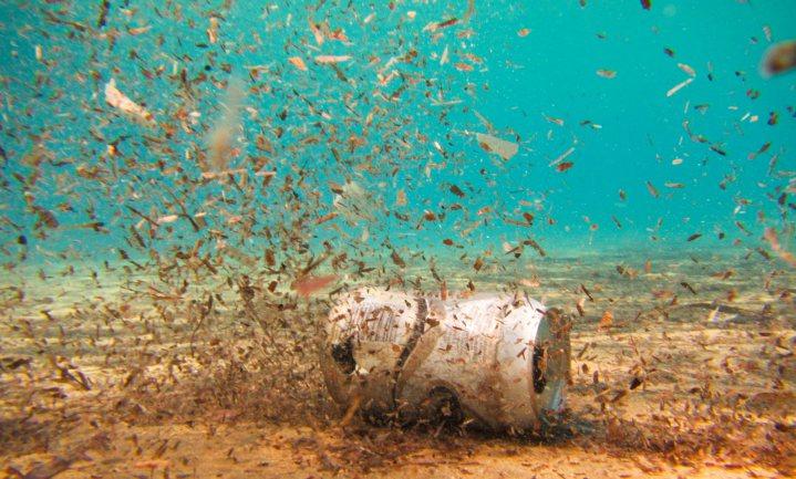 Microplastic in de oceaan kun je volgen vanuit de ruimte
