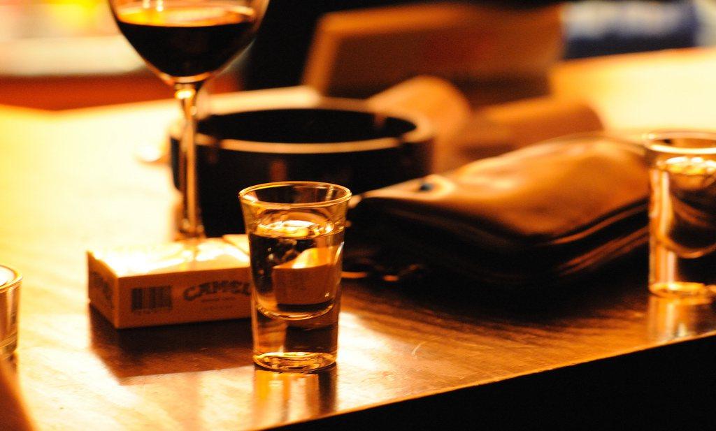 Hoeveel sigaretten er in een fles wijn zitten, hangt af van of je een man of vrouw bent