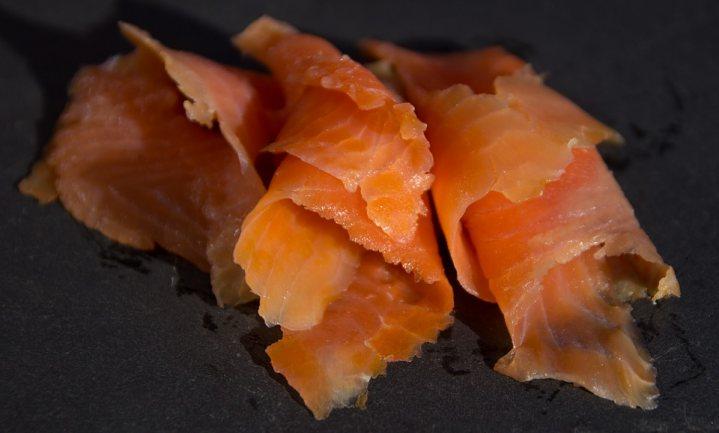 Gerookte vis net zo kankerverwekkend als vleeswaren, maar eigenlijk weten we het niet