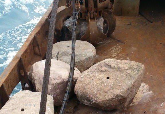 Vissers vissen Greenpeace-keien op