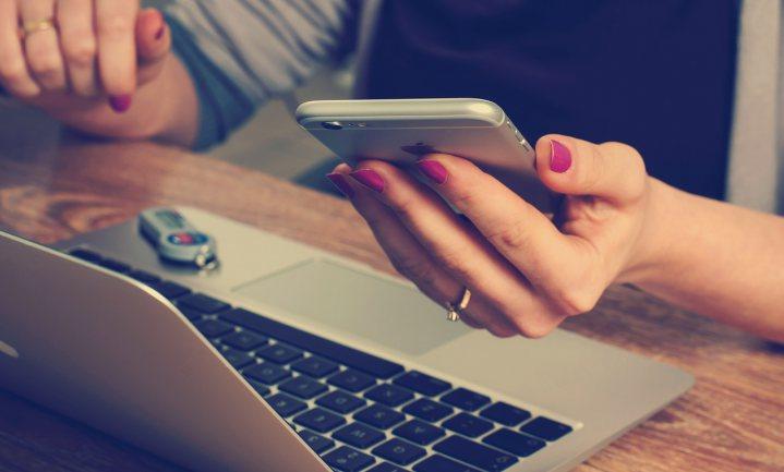 Jong volwassen Fransen zien Quantified Self gadgets zitten