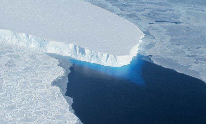 Onder het gletsjerijs van Antarctica holt warm water het ijs van alle kanten uit