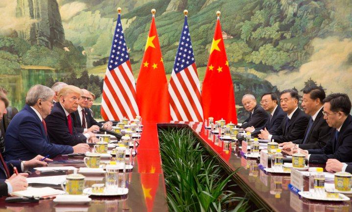 Trump en Xi Jinping samen aan tafel in Japan