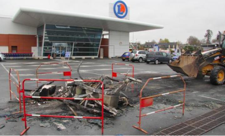 Varkensboeren vernielen winkelwagentjes
