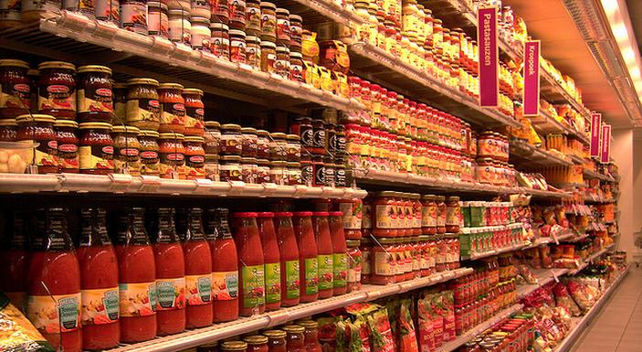 Omzet voedings- en genotmiddelen daalt, prijzen stijgen