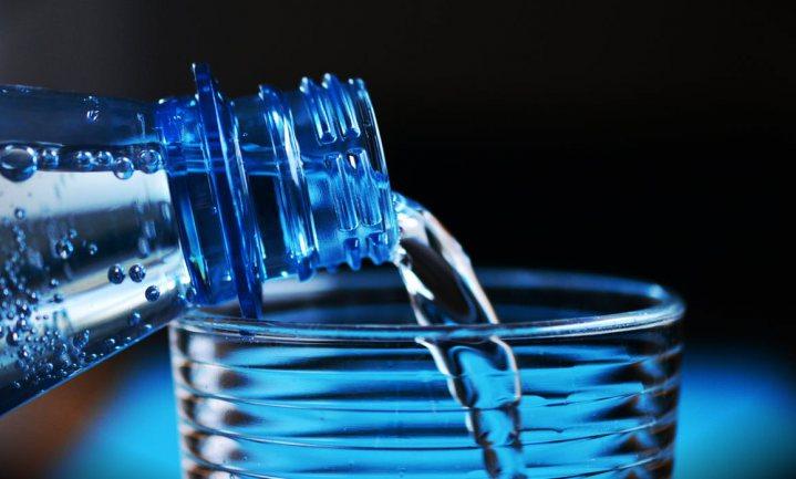 Groot deel van water in plastic flessen vervuild met microplastics