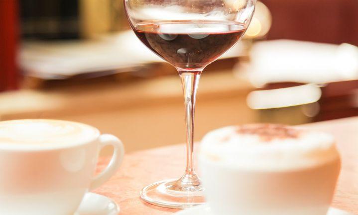 Wijn met cafeïne tegen hoofdpijn en plagen
