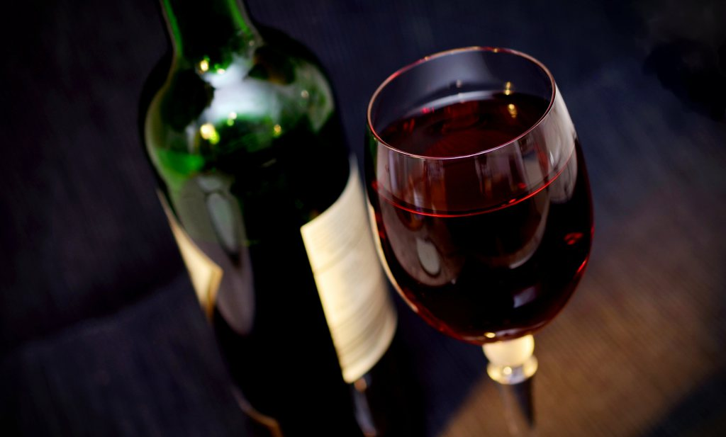 Vooral rode wijn krijgt schuld van migraineaanval, maar het lijkt nogal overdreven